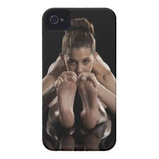 Estudio tirado de yoga practicante de la mujer.  funda para iPhone 4 de Case-Mate