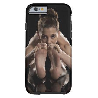 Estudio tirado de yoga practicante de la mujer.  funda resistente iPhone 6