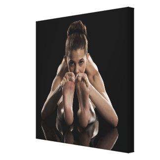 Estudio tirado de yoga practicante de la mujer.  impresion en lona