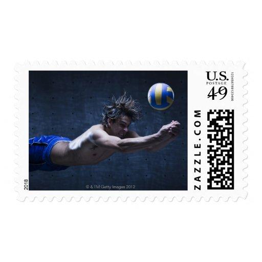 Estudio tirado del jugador de voleibol que juega 2 sellos