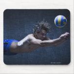 Estudio tirado del jugador de voleibol que juega 2 tapete de ratón