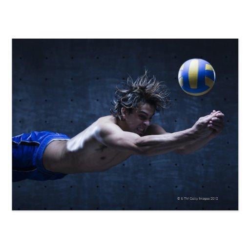 Estudio tirado del jugador de voleibol que juega 2 tarjeta postal