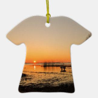 Etapa de aterrizaje en un lago con puesta del sol adornos