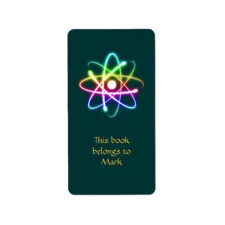 Etiqueta colorida del átomo que brilla etiqueta de dirección