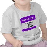 Etiqueta conocida PÚRPURA de los niños lindos hola Camisetas