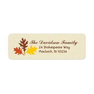 Etiqueta de dirección de las hojas de otoño en la