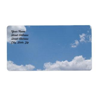 Etiqueta de envío nublada del fondo del cielo azul