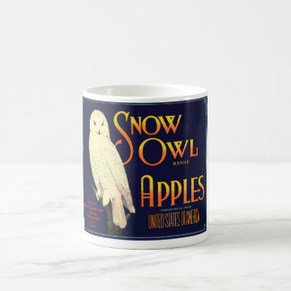 Etiqueta de las manzanas del búho de la nieve del taza clásica