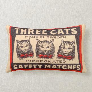 Etiqueta de tres de los gatos partidos de cojín