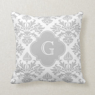 Etiqueta gris floral del monograma del damasco #3 cojín