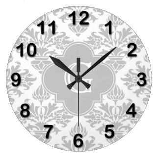 Etiqueta gris floral del monograma del damasco #3 reloj redondo grande
