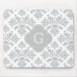 Etiqueta gris floral del monograma del damasco #3 tapete de raton