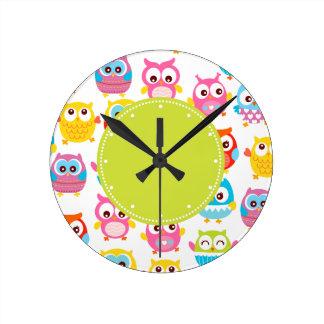 Etiqueta linda del verde de los búhos de Litte Reloj