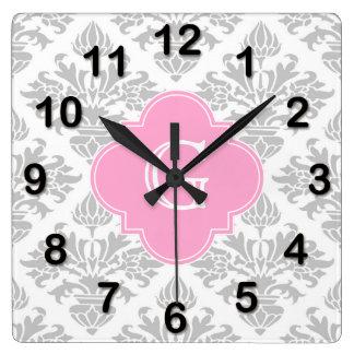 Etiqueta rosada floral del monograma del damasco reloj cuadrado