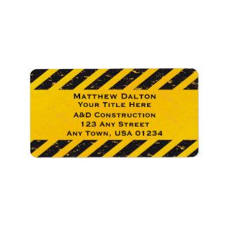 Etiquetas amarillas y negras de la construcción de etiquetas de dirección