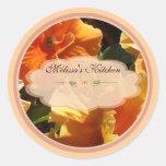Etiquetas anaranjadas de la flor etiqueta redonda