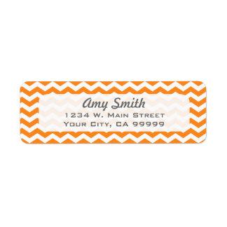 Etiquetas blancas y anaranjadas del remite de etiquetas de remite