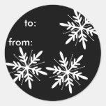 Etiquetas blancos y negros del regalo del copo de