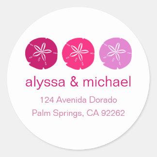 Etiquetas de dirección rosadas del dólar de arena pegatina redonda