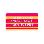 Etiquetas de dirección rosadas y amarillas de las