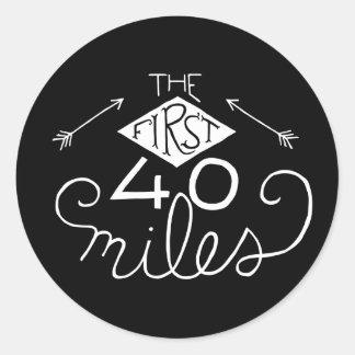 Etiquetas engomadas las primeras 40 millas (negro) pegatina redonda