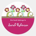 Etiquetas enrrolladas del libro de las flores pegatina redonda