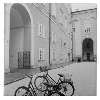 Europa, Austria, Salzburg. Bicicletas en Azulejo Cuadrado Grande