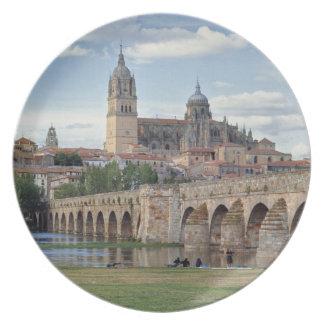 Europa, España, Salamanca. El puente romano encima Plato Para Fiesta
