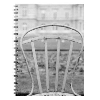 Europa, Francia, París. Silla, Jardin du Spiral Notebooks