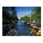 Europa, Holanda, Amsterdam, bicicleta amarilla y Tarjeta Postal