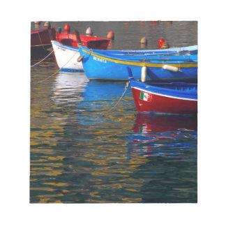 Europa, Italia, Cinque Terry, barcos en Vernazza Bloc