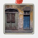 Europa, Italia, Lucca. Estas puertas viejas añaden Adorno Navideño Cuadrado De Metal