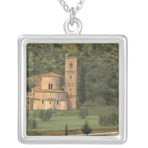 Europa, Italia, Toscana. Abbazia di Sant'Antimo, Collar Plateado
