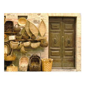 Europa, Italia, Toscana, Montalcino. Cesta Tarjetas Postales
