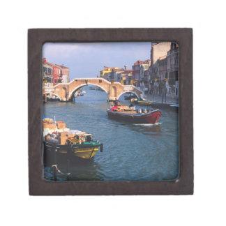 Europa, Italia, Venecia. Barcos que traen adentro Caja De Joyas De Calidad
