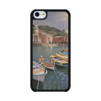 Europa, Italia, Vernazza. Barcos brillantemente Funda De iPhone 5C Slim Arce