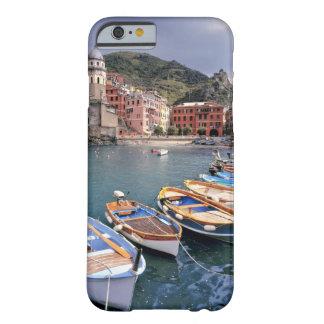 Europa, Italia, Vernazza. Barcos brillantemente Funda De iPhone 6 Barely There