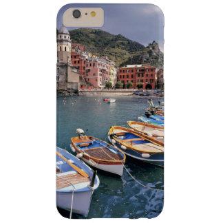Europa, Italia, Vernazza. Barcos brillantemente Funda De iPhone 6 Plus Barely There