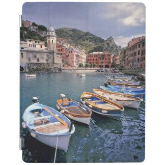 Europa, Italia, Vernazza. Barcos brillantemente pi Cubierta De iPad