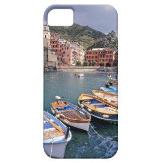 Europa, Italia, Vernazza. Barcos brillantemente pi iPhone 5 Funda