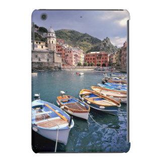 Europa, Italia, Vernazza. Barcos brillantemente pi Fundas De iPad Mini Retina