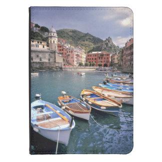 Europa, Italia, Vernazza. Barcos brillantemente pi Funda Para Kindle 4