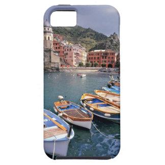 Europa, Italia, Vernazza. Barcos brillantemente pi iPhone 5 Cárcasas