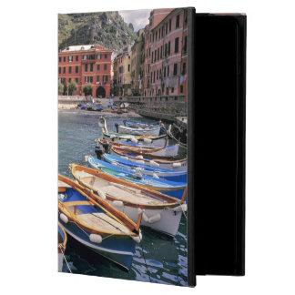 Europa, Italia, Vernazza. Barcos brillantemente pi
