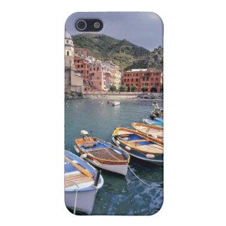 Europa, Italia, Vernazza. Barcos brillantemente pi iPhone 5 Cárcasa