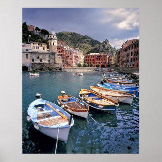 Europa, Italia, Vernazza. Barcos brillantemente pi Póster