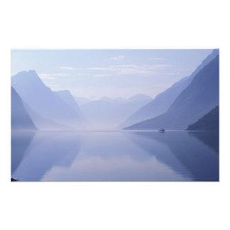 Europa, Noruega. Paredes verticales reflejadas ade Cojinete