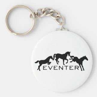 Eventer con tres caballos de salto llavero redondo tipo pin