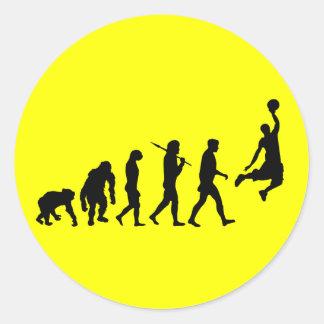 Evolución de la clavada del baloncesto del regalo  etiqueta redonda