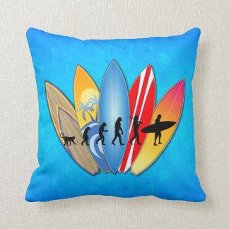 Evolución que practica surf cojín decorativo